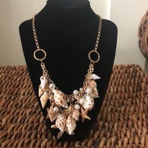 Jewelry - Pretty gold tone chain with seashell &faux pearls